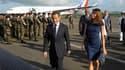 Nicolas Sarkozy et son épouse Carla Bruni-Sarkozy à leur arrivée à Fort-de-France. Le chef de l'Etat est arrivé vendredi en Martinique, première étape d'une tournée antillaise dominée par les questions économiques dans des régions qui affichent, avec l'îl