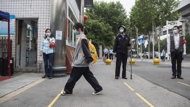 Une étudiante se rendant à l'université de Wuhan en Chine, le 6 mai 2020.