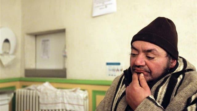 Dans un centre d'hébergement pour sans-abri à Nantes. Le gouvernement lance un plan d'urgence pour les sans-abri doté de 50 millions d'euros, notamment destiné à ouvrir de nouveaux centres d'hébergement. /Photo d'archives/REUTERS/Stéphane Mahé
