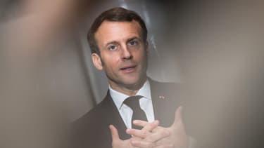 Emmanuel Macron lors de la visite d'une entreprise fabriquant des masques à Saint-Barthélémy-d'Anjou le 31 mars 2020.