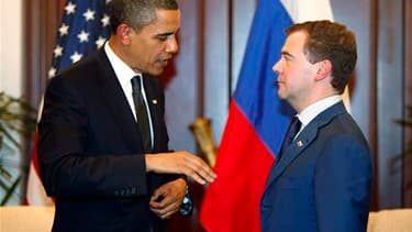 Barack Obama et Dmitri Medvedev signeront ce jeudi à Prague un nouveau traité de réduction de leurs arsenaux nucléaires censé consolider le processus de rapprochement en cours entre les deux anciens ennemis de la guerre froide. /Photo d'archives/REUTERS/J