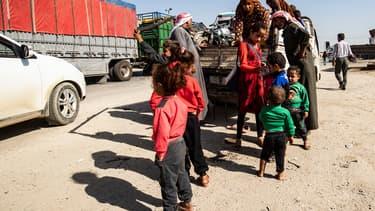 Des familles kurdes et syriennes fuient les bombardements turcs au Nord-Est de la Syrie.