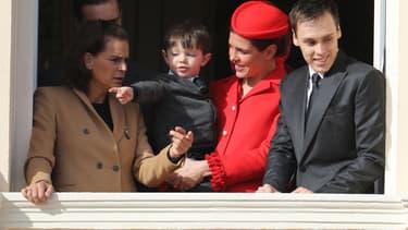 Charlotte Casiraghi et son fils Raphaël saluent la foule au balcon du Palais de Monaco, le 19 novembre 2016