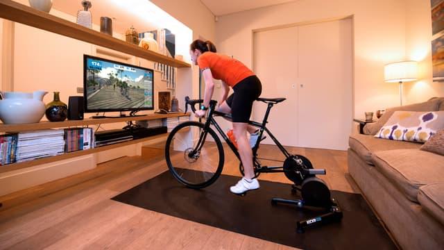 En juillet, des milliers de cyclistes participent à un tour de France virtuel sur Zwift