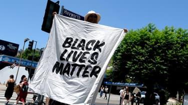 """Une pancarte """"Black Lives Matter"""" lors d'une manifestation, le 14 juin à Los Angeles en Californie."""