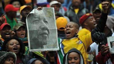Des milliers de Sud Africains tiennent à rendre hommage à Nelson Mandela.