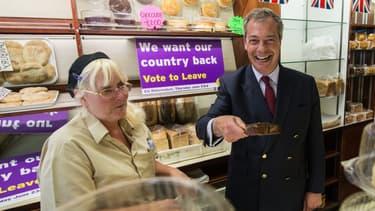 Nigel Farage, leader du parti europhobe Ukip, et partisan du Brexit, fait campagne dans une boulangerie de Sittingbourne, le 13 juin 2016.