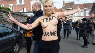 Une Femen venue protester au bureau de vote de Marine Le Pen à Hénin-Beaumont le 23 avril 2017