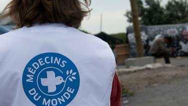 """Une volontaire de Médecins du Monde Opération """"urgence humanitaire des migrants""""-  Calais - France - 7 Juillet 2015"""