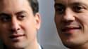 Le Parti travailliste britannique, qui se rétablit dans les sondages après la lourde défaite de mai dernier, élit ce samedi son nouveau dirigeant parmi cinq candidats, dont les frères David (à droite) et Ed Miliband qui partent favoris. /Photo d'archives/