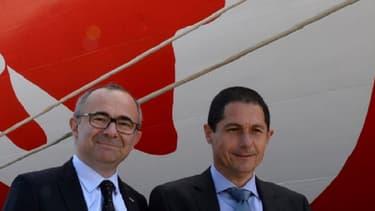 Pierre-Antoine Villanova (à gauche), le directeur général de Corsica Linea, et Pascal Trojani, son président, posent devant le bateau Jean Nicoli le 3 mai.