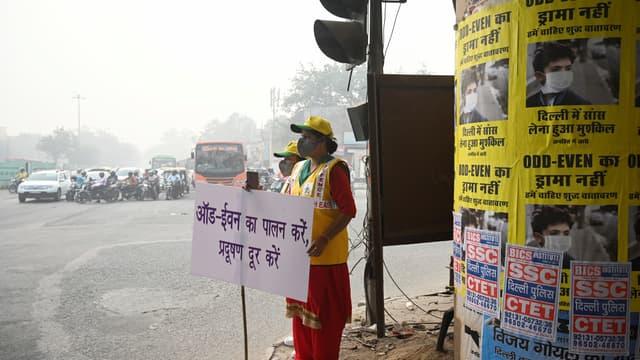 Des volontaires alertent les automobilistes sur les consignes données par le gouvernement à cause de la pollution à New Delhi, lundi 4 novembre 2019.