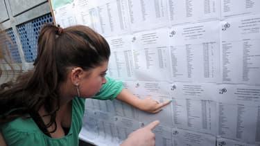 Photo d'illustration - Une étudiante regarde les résultats de son examen