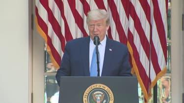 """Alors qu'il célébrait une cérémonie d'hommage aux soignants confrontés au coronavirus depuis la Maison Blanche, Donald Trump a été perturbé par le son de klaxons provenant d'une manifestation de chauffeurs routiers. """"Ils sont de notre côté"""" déclare alors le président américain. Pourtant, des dizaines de routiers sont garés depuis quelques jours au coeur de Washington, il demande à Donald Trump une revalorisation du tarif kilométrique de transport de fret, selon eux mis en péril par les courtiers en gros."""