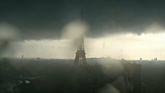 La tour Eiffel sous l'orage, le 4 juin 2021.