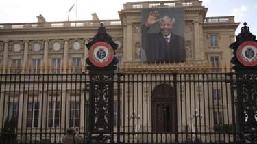 Un portrait géant de Nelson Mandela a été déployé sur le ministère des Affaires étrangères.