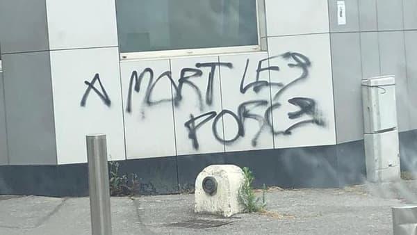 Des messages hostiles à la police tagués sur des murs à Ivry-sur-Seine.