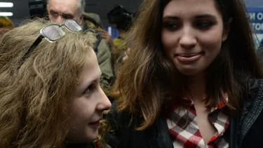 Nadezhda Tolokonnikova (à droite) et Maria Alyokhina, les deux membres des Pussy Riot, à peine libérées, se retrouvent le 24 décembre à l'aéroport de Krasnoyarsk , en Sibérie.