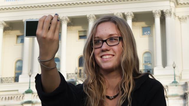 Une étudiante prend un selfie aux Etats-Unis, le 28 octobre 2014. (Illustration)