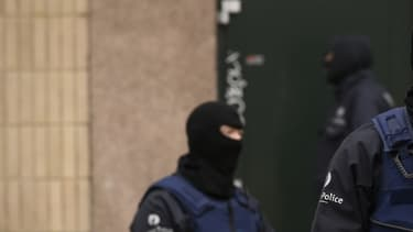 Des policiers pendant la vaste opération antiterroriste en novembre 2015 dans le quartier de Molenbeek, à Bruxelles.