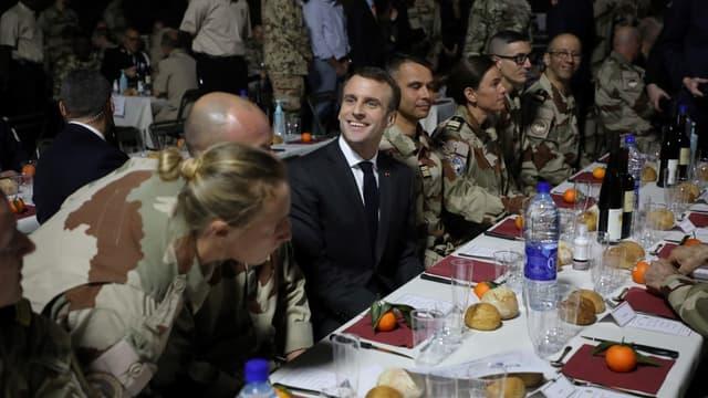 Emmanuel Macron partage un repas de Noël avec les soldats de la force Barkhane à N'Djamena au Tchad, le 22 décembre 2018