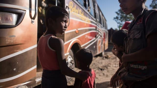 Des enfants rohingyas près du bus d'un camp de réfugiés au Bangladesh, à leur arrivée de Birmanie, le 3 décembre 2017