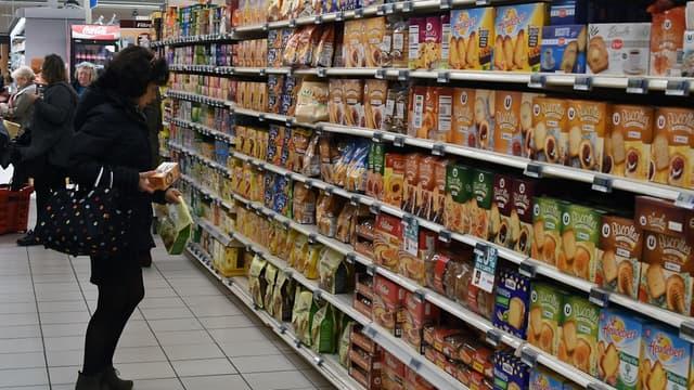 Une cliente dans les allées d'un supermarché (illustration)