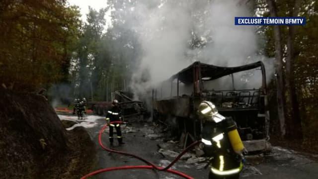 Les secours à proximité de Puisseguin, en Gironde, où un très grave accident de la route a fait au moins 42 morts, vendredi matin.