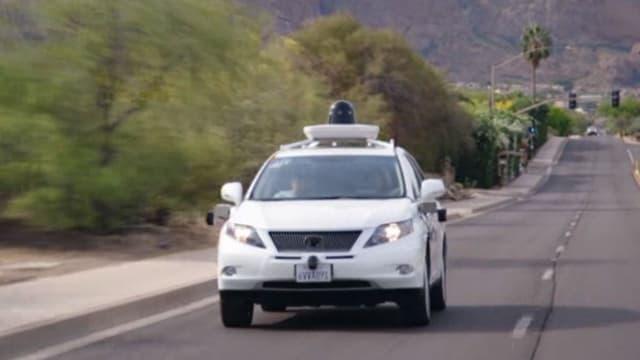 Entre tests sur route en conditions réelles et travail d'influence auprès des régulateurs, Google essaie d'imposer sa vision de la voiture au XXIème siècle: une voiture autonome, avec uniquement des passagers, sans volant, ni pédale.