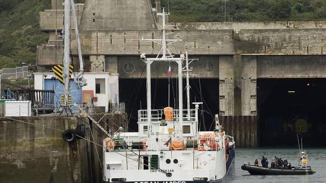 """Le cargo """"Ocean Jasper"""", dans le port de Brest. Le procès du naufrage du Sokalique, un bateau de pêche breton heurté par ce cargo en 2007 au large du Finistère et dont le patron était mort noyé dans le naufrage, s'est ouvert mardi devant le tribunal corre"""