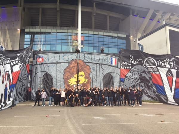 Les supporters lyonnais devant le Groupama Stadium
