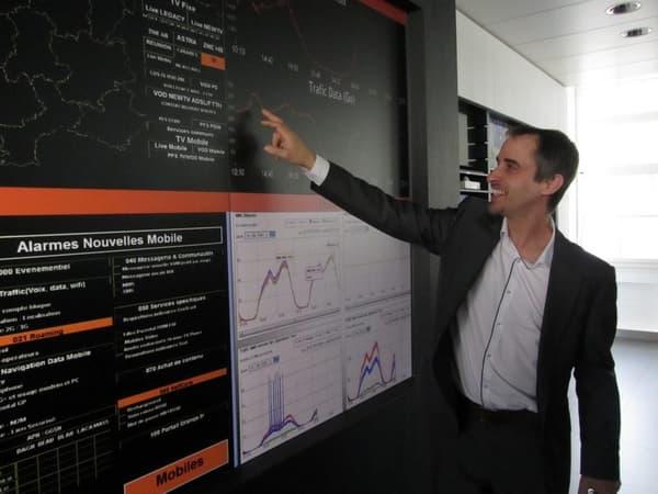 Stefan Kanis, le directeur d'exploitation et service des opérations sur le réseau d'Orange devant le mur d'écrans de la salle de supervision.
