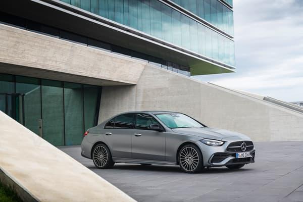 Si les lignes générales évoquent en un clin d'oeil la Classe C, Mercedes inaugure beaucoup d'innovations, aussi bien dans l'infodivertissement que dans les motorisations. Cette Classe C sera notamment dotée d'une nouvelle motorisation hybride rechargeable offrant 100 kilomètres en mode tout électrique.