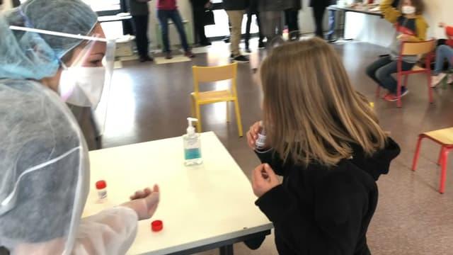 Un test salivaire réalisé dans une école des Hautes-Alpes. (photo d'illustration)