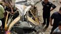 Sur les lieux d'un attentat suicide près de l'ambassade iranienne à Bagdad. Trois kamikazes ont fait sauter des voitures piégées à quelques instants d'intervalle lors d'une opération coordonnée visant des missions étrangères dimanche dans le centre de la