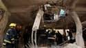 Dans un bâtiment endommagé par l'explosion d'une bombe à Bagdad. Douze personnes ont été tuées jeudi à Bagdad, dont sept soldats et policiers qui votaient par anticipation, dans des attentats suicide perpétrés à trois jours d'élections législatives ayant