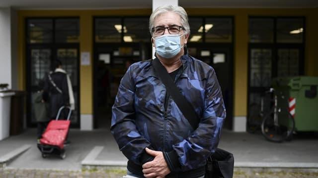 Un homme portant un masque en Italie (illustration.)