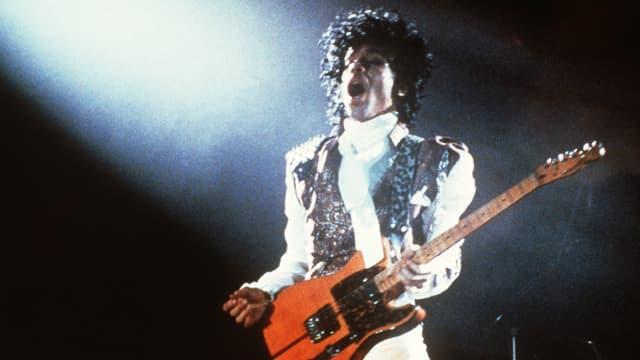 Prince lors d'un concert à Paris en février 1985
