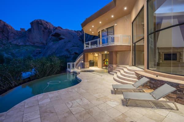 Cette maison de rêve offre une vue panoramique sur la plus haute montagne de Phoenix