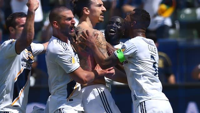 Zlatan Ibrahimovic célébré par ses coéquipiers