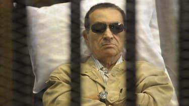 Le président du tribunal chargé du procès en appel de l'ancien président égyptien Hosni Moubarak (photo) a transmis samedi l'affaire à une autre juridiction, ouvrant la voie à une prolongation indéfinie des procédures. /Photo prise le 2 juin 2012/REUTERS