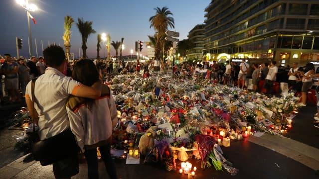 Deux personnes se tiennent devant le mémorial dressé sur la promenade des Anglais à Nice, le 18 juillet 2016, quatre jours après l'attentat ayant fait 84 morts. (Photo d'illustration)