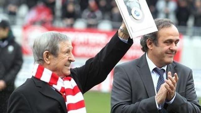 Raymond Kopa se voit remettre le prix du président de l'UEFA par Michel Platini en 2011