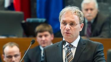 Le ministre slovène Ales Hojs s'exprime devant le Parlement à Ljubljana, le 10 février 2012.