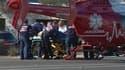 Evacuation des victimes de la fusillade de Tucson, dans l'Arizona, aux Etats-Unis. La parlementaire américaine, blessée d'une balle dans la tête lors de cette fusillade qui a fait six morts samedi se trouvait dans un état critique dimanche. /Image diffusé