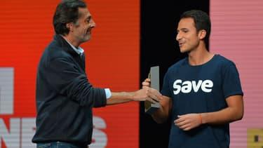 Le fondateur de Save Damien Morin reçoit un BFM Award des mains de Nicolas Vanier