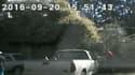 Sur les images de la police, Keith Scott sort de sa voiture et avance à reculons avant de se faire tirer dessus