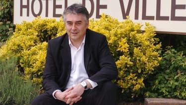 Le député-maire UMP de Cholet Gilles Bourdouleix pose devant sa mairie, le 26 mai 2006.