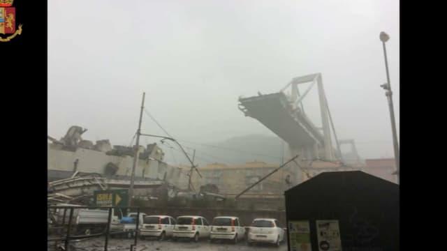 Une importante portion d'un des nombreux aqueducs autoroutiers surmontant la ville s'est effondrée ce matin à Gênes