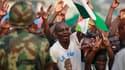 Militants pro-Laurent Gbagbo dans le srues d'Abidjan. Bien qu'elle ait brandit la menace d'un recours à la force, la Communauté économique des Etats d'Afrique de l'Ouest va vraisemblablement s'en tenir au dialogue pour amener Laurent Gbagbo, président ivo